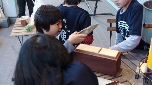 この授業の約1週間後の12月4日、ユネスコ(国連教育科学文化機関)の委員会は「和食」を 無形文化遺産へ登録することを決定しました。 しかしその反面、どれだけの日本人が本当の和食を知らないか、1600年代から続く和食の「出汁・ダシ」 という「旨みの文化」があるにも関わらず、なぜ出汁をとるという習慣が少なくなったのかを真剣に考えて いる日本人が少ないのも事実です。化学調味料を「天然出汁」と勘違いしている方も未だに多く存在しま す。添加物、保存料が含まれた生成出汁も簡単ではありますが、本物の出汁に比べ、明らかに味が 変わってしまいます。