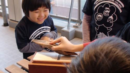 そんな中、学童クラブの子どもたちは、まず本枯鰹節を専用のかんなで削ることから始めてみます。 初めての経験に、みんな興味深々!