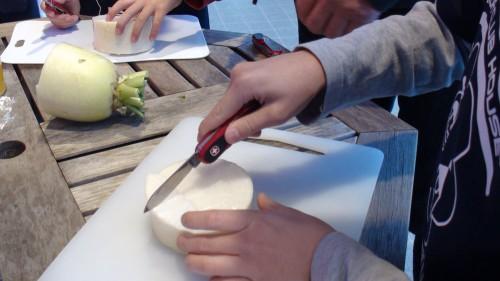 上級生から野菜を切り始めます。