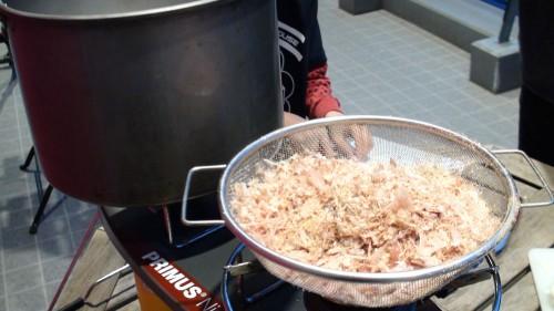 それをザルに移して沸騰した鍋に投入します。