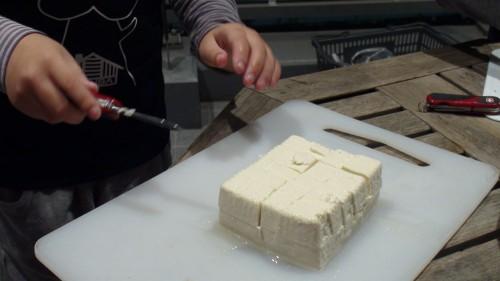 最後に豆腐を切ります。これが難しい!