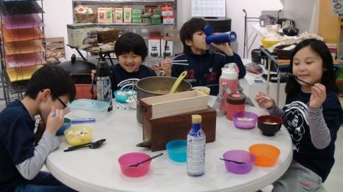 ご飯も味噌汁も、みんなおかわりしました。 人生初めての味と、感動する学童たち。(家と違う味もたまには良いのです)
