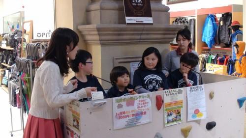 最後にたまたま店舗内でU-STREAMの生中継があったので(ORC TV公開生放送ラジオ) 学童全員が出演しました。アシスタントの女性も、手作り味噌汁に感動していました。