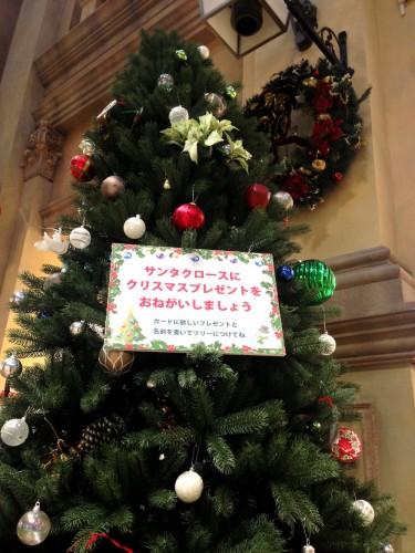 アウトドアクラブハウス学童クラブの 生徒たちが飾り付けをしてくれた 巨大なクリスマスツリーを店頭に配置しました。 子どもたちにクリスマスに欲しいプレゼントを書いてもらい ツリーに飾り付けをしています。 ぜひ、ご参加くださいね。